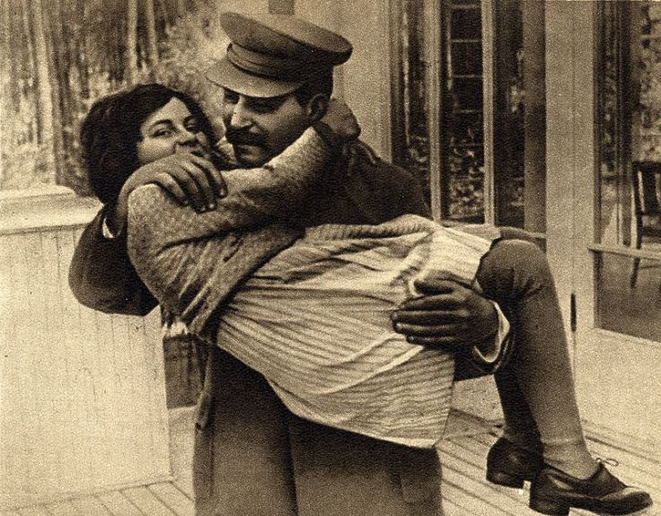 Joseph_Stalin_with_daughter_Svetlana,_1935