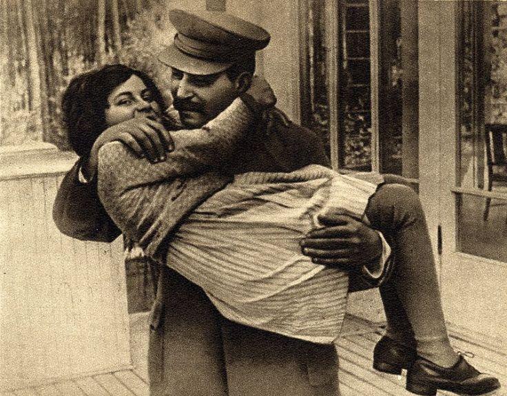 Joseph_Stalin_with_daughter_Svetlana,_1935